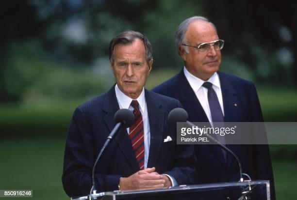 Le président américain George Bush et le chancelier allemand Helmut Kohl lors d'une conférence de presse le 30 mai 1989 à Bonn Allemagne