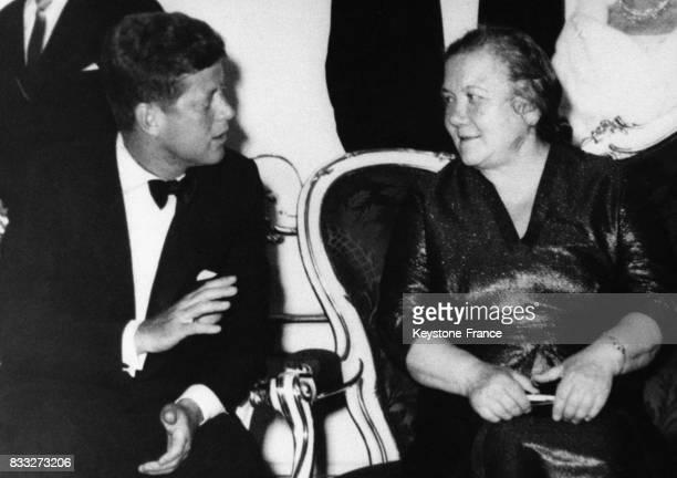 Le président américain John F Kennedy discutant avec Madame Nina Khrouchtchev lors du gala donné au Château de Schönbrunn à Vienne Autriche le 3 juin...
