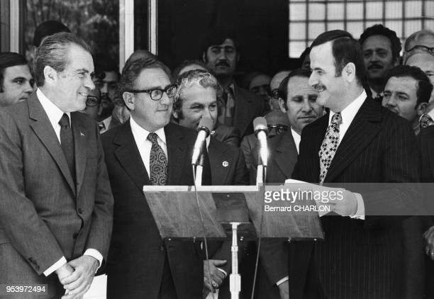 Le président américain Richard Nixon et le secrétaire d'Etat Henry Kissinger avec le président syrien Hafez elAssad en juin 1974 en Syrie