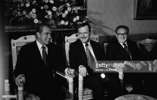 Le président américain Richard Nixon et le Secrétaire d'Etat Henry Kissinger accueillis à Damas par le président syrien Hafez El Assad le 16 juin...