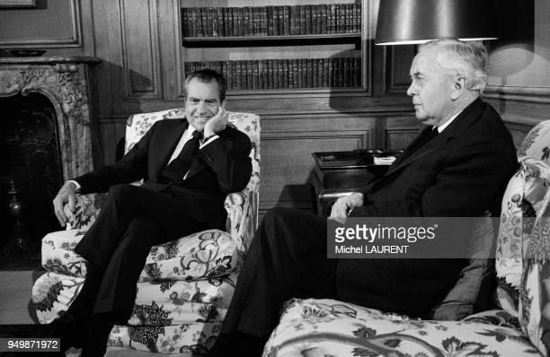 Le président américain Richard Nixon s'entretient avec le Premier ministre du RoyaumeUni Harold Wilson à l'ambassade des EtatsUnis le 6 avril 1974 à...