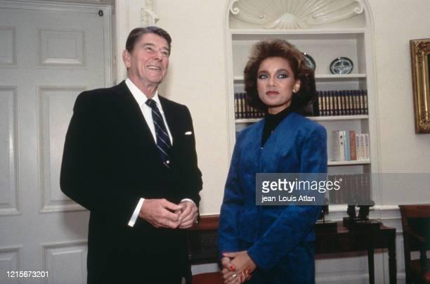 Le Président américain Ronald Reagan et Miss America Vanessa Lynn Williams à la Maison Blanche