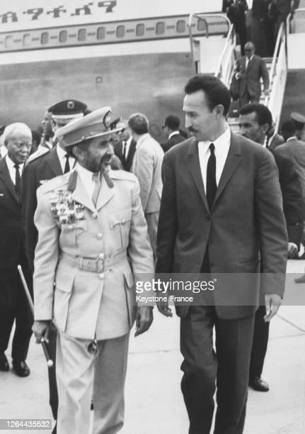 Le président Boumédiène venu accueillir l'empereur d'Ethiopie Haïlé Sélassié à l'aéroport d'Alger Algérie le 16 septembre 1968
