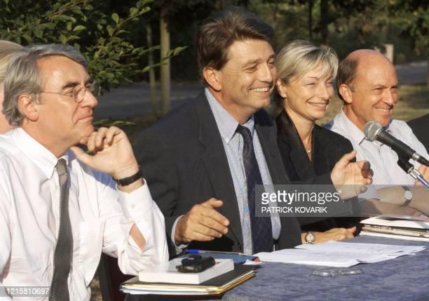 le président de Démocratie Libérale Alain Madelin donne une conférence de presse entouré de son étatmajor José Rossi président du groupe DL à...