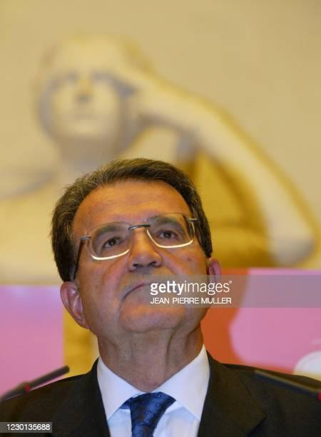 """Le président de la Commission européenne Romano Prodi donne une conférence de presse lors de la """"Cité de la réussite"""", le 20 octobre 2002 à la..."""