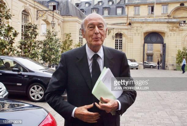 Le président de la Convention sur l'avenir de l'Europe, Valéry Giscard d'Estaing, arrive à l'Hôtel Matignon, le 30 avril 2003 à Paris, avant de...