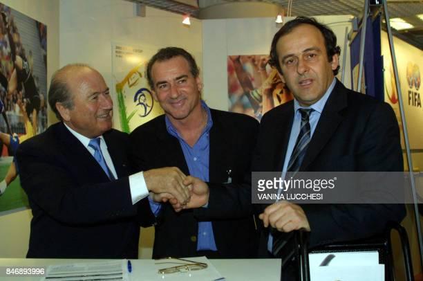 Le président de la FIFA le Suisse Joseph Sepp Blatter serre la main de son conseiller spécial l'ancien international de football français Michel...