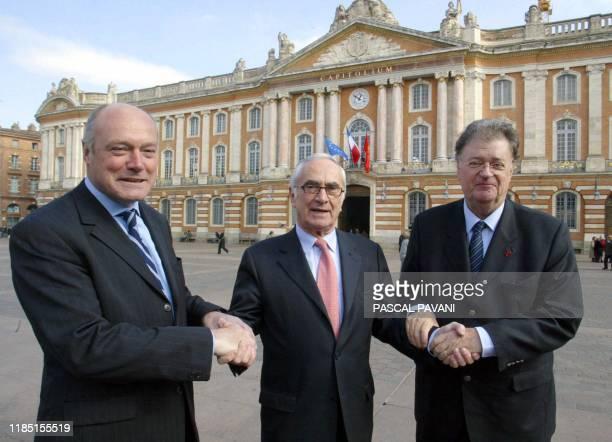 Le président de la région Midi-Pyrénées Martin Malvy et son homologue de la région Aquitaine Alain Rousset posent avec le maire de Montpellier et...