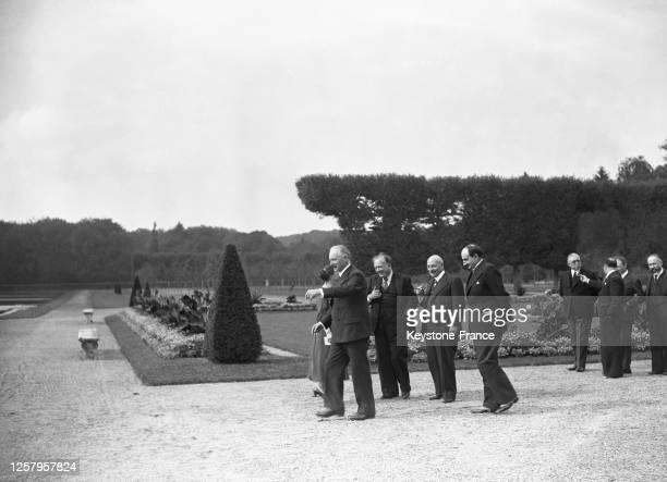 Le président de la République Albert Lebrun et les ministres Vincent Auriol, Maurice Viollette et Paul Bastid marchant dans les jardins de...
