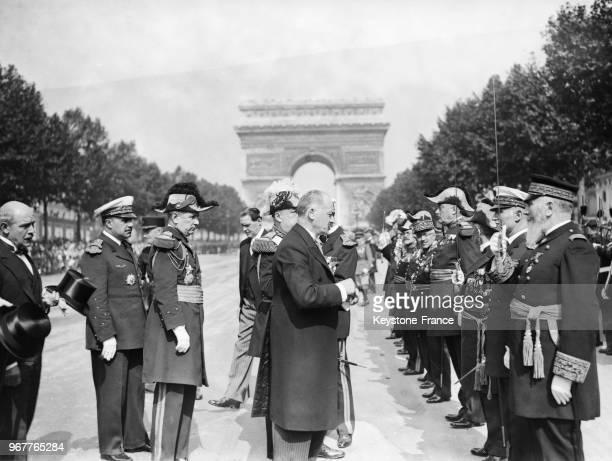 Le président de la République Albert Lebrun remettant les décorations aux hauts dignitaires de la Légion d'Honneur pendant les cérémonies à Paris...