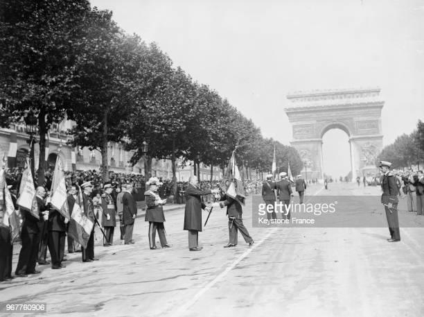 Le président de la République Albert Lebrun remettant les drapeaux aux nouvelles formations de l'Armée de l'Air pendant les cérémonies à Paris France...