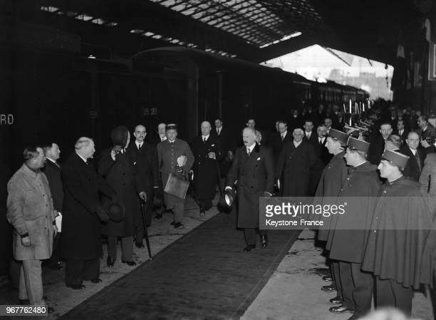 Le Président de la République Albert Lebrun à son arrivée à la Gare du Nord à demi caché par le Président Albert Sarraut Président du Conseil et plus...