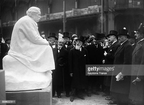 Le président de la république Albert Lebrun visite le Salon des artistes français au Grand Palais ici devant la statue d'Aristide Briand le 27 avril...