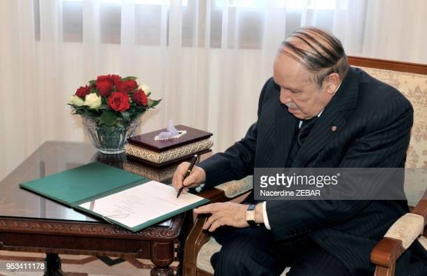 Le président de la république algérienne Abdelaziz Bouteflika a déposé au Conseil constitutionnel son dossier de candidature à l'élection...