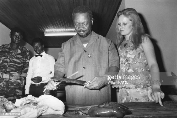 Le président de la République centrafricaine JeanBedel Bokassa et sa femme Gabrielle après une partie de chasse dans le parc présidentielle de Ndele...