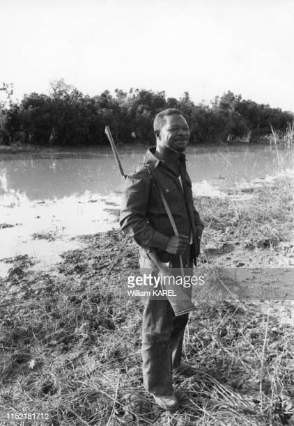 Le président de la République centrafricaine JeanBedel Bokassa lors d'une partie de chasse dans le parc présidentielle de Ndele le 2 mars 1975