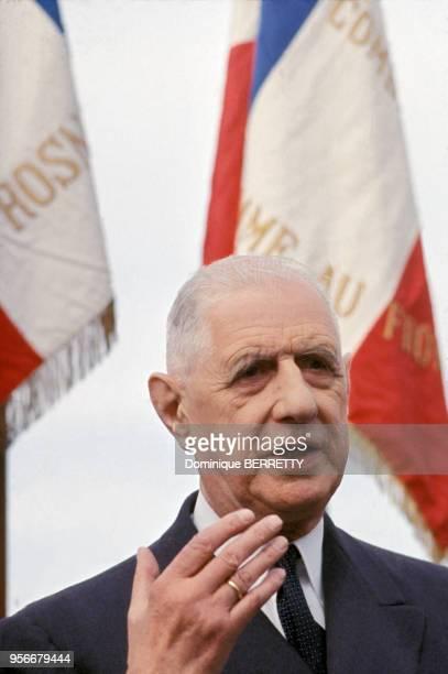 Le président de la République Charles de Gaulle faisant un discours lors de sa visite officielle en Bretagne en 1964 en France