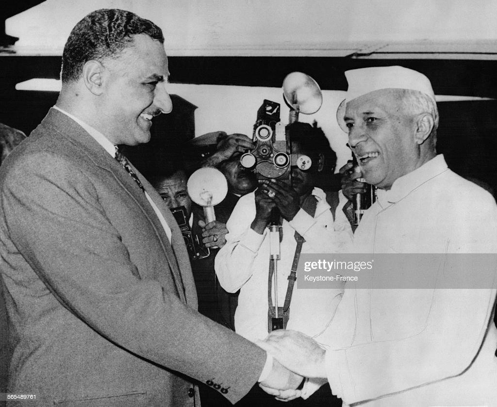 Gamal Abdel Nasser accueille Jawaharlal Nehru à l'aéroport : Nachrichtenfoto