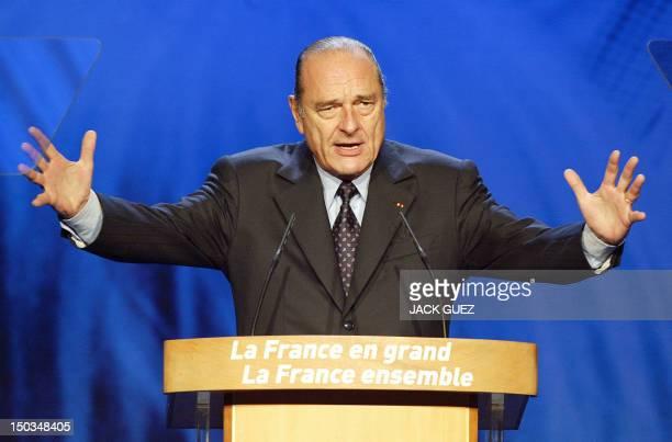 le président de la République et candidat à sa succession Jacques Chirac s'exprime le 02 mai 2002 à la tribune du Parc des Expositions de Villepinte...