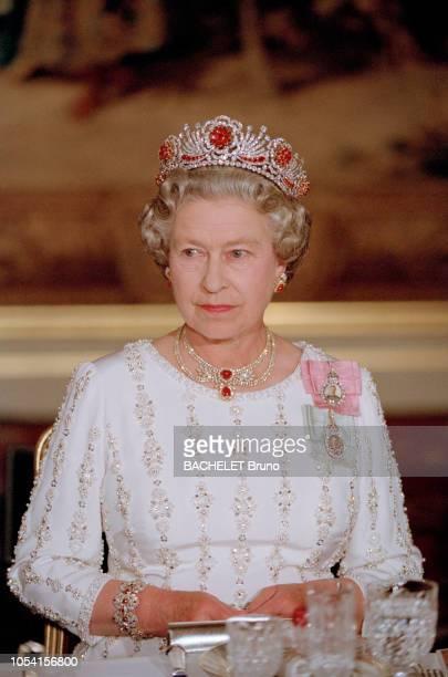 Le président de la république et Madame François MITTERRAND ont offert un dîner d'Etat au Palais de l'Élysée à Paris le 9 juin 1992 en l'honneur de...