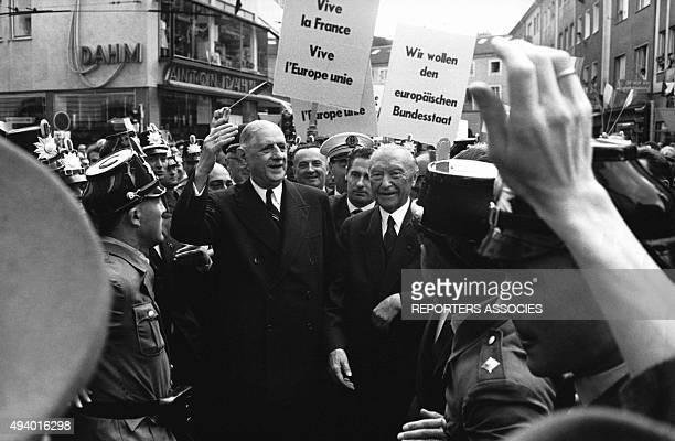 Le président de la république française Charles de Gaulle et le chancelier allemand Konrad Adenauer acclamés par la foule, dans la rue, en Allemagne,...