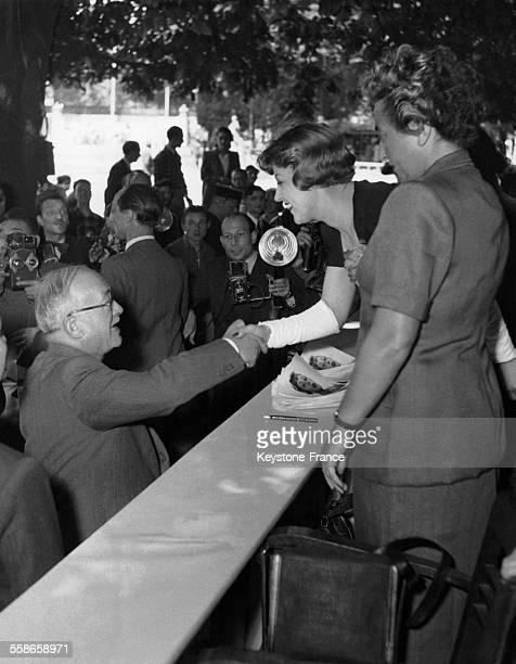 Le Président de la République Française Vincent Auriol serre la main de la comédienne Suzy Delair lors de la kermesse aux étoiles au profit des...