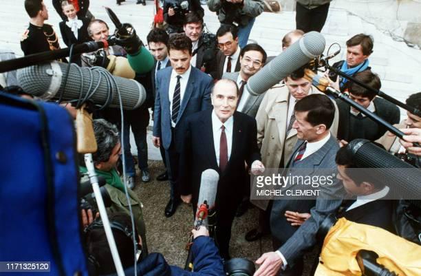 Le président de la République François Mitterrand accompagné de Jacques Attali s'adresse aux journalistes dans la cour de l'Elysée le 19 mars 1986 Il...