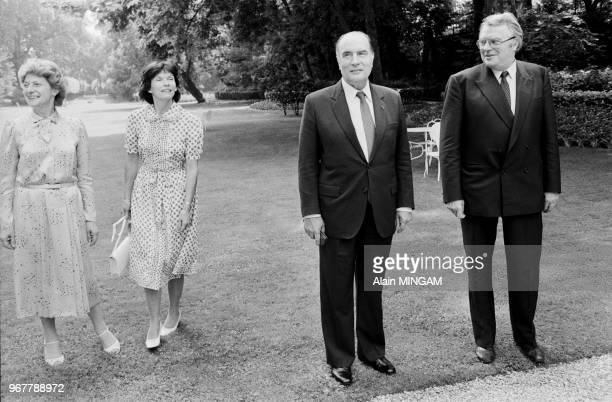 Le président de la République François Mitterrand accompagné de son épouse Danielle rend visite au Premier ministre Pierre Mauroy et à son épouse...