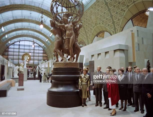 Le président de la République François Mitterrand écoute les précisions d'Anne Pingeot conservateur du musée d'Orsay lors de l'inauguration du musée...