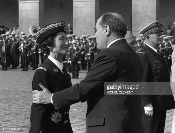 le président de la République François Mitterrand élève à la dignité de Grand Officier de la Légion d'Honneur la seule femme Général de l'armée...