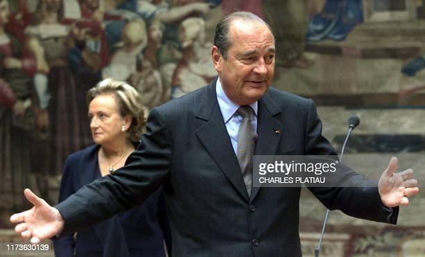 le président de la République Jacques Chirac et son épouse Bernadette accueillent le 1er mai 2000 au Palais de l'Elysée à Paris des professionnels du...