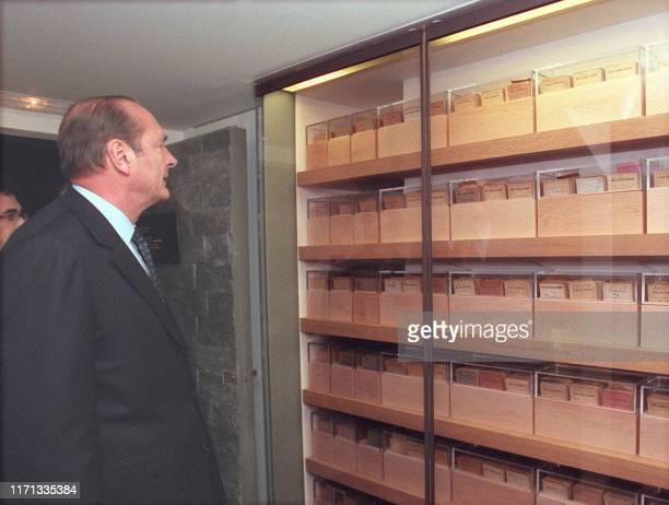 le Président de la république Jacques Chirac regarde les fichiers de la communauté juive qui ont conduit à l'arrestation et à la déportation de près...