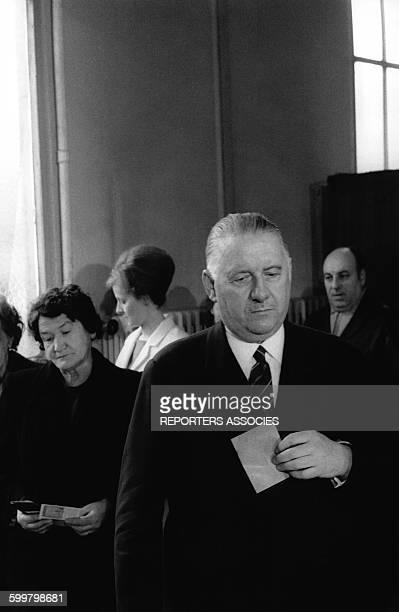 Le Président de la République par intérim Alain Poher va déposer son bulletin dans l'urne le 15 juin 1969 à Paris France