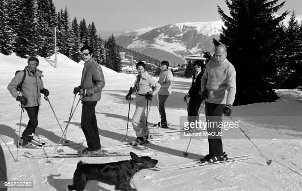 Le président de la République Valéry Giscard d'Estaing aux sports d'hiver avec son épouse AnneAymone ses filles Jacinte et ValérieAnne et son fils...