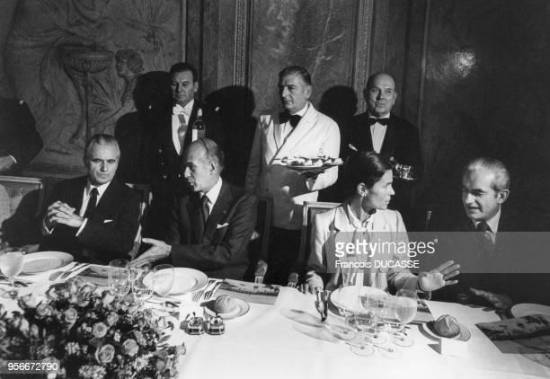 Le Président de la République Valéry Giscard d'Estaing entouré de Jacques ChabanDelmas Micheline ChabanDelmas et Alain Peyrefitte lors d'une...