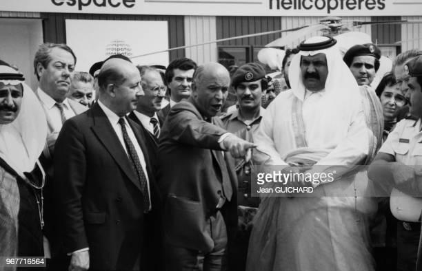 Le président de l'Aérospatiale Henri Martre et l'émir du Qatar Hamad ben Khalifa Al Thani au salon aéronautique du Bourget le 16 juin 1987 France