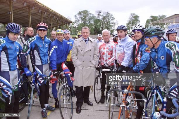 Le président de l'UCI, le Néerlandais Hein Verbruggen est entouré de plusieurs champions de légendes, le 13 avril 2000 sur la piste du vélodrome...
