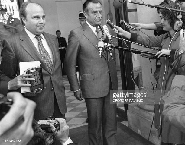 Le président de l'UDF Jean Lecanuet et le président du groupe parlementaire UDF Roger Chinaud s'adressent à la presse sur le perron de l'Elysée le 04...