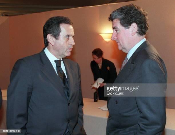le président de M6 Jean Drucker discute avec le président de France Télévision Xavier Gouyou Beauchamps le 25 janvier à Paris lors d'une cérémonie...