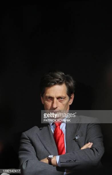 Le président de M6 Nicolas de Tavernost pose, le 30 octobre 2008 à Paris, lors du lancement du faisceau qui permet au grand public de recevoir les...