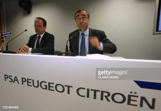 Le président de PSA Peugeot Citroën Jean-Martin Folz et le Directeur de l'usine Peugeot Mulhouse Patrick Briens s'expriment devant les invités avant...