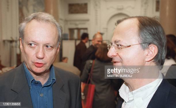 Le président de Radio-France Jean-Marie Cavada et l'ancien président de l'Agence France-Presse Eric Giuily discutent, le 21 octobre 2000 à la...