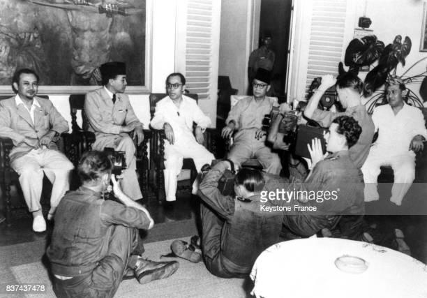 Le président d'Indonésie Soekarno pose pour les photographes en compagnie de son cabinet en Indonésie en octobre 1945