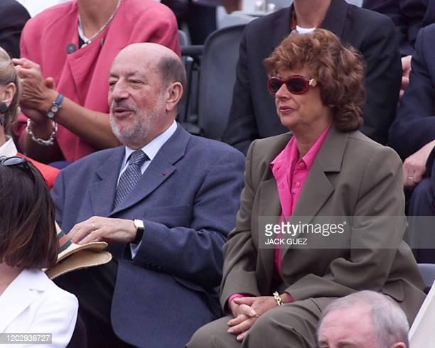 Le président du CAS Hervé Bourges assiste, au côté de la directrice générale de France 2 Michèle Cotta, à la finale masculin du tournoi de tennis de...