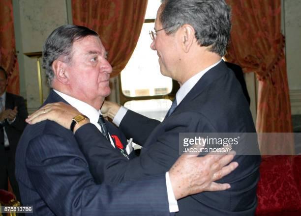 Le président du Conseil constitutionnel JeanLouis Debré remet les insignes de chevalier de la Légion d'Honneur le 23 mai 2007 au Conseil...