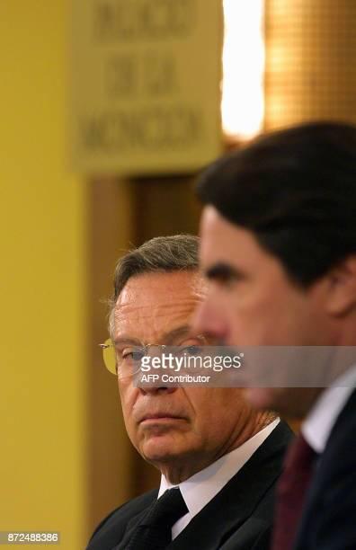 Le président du Costa Rica Miguel Angel Rodriguez Echeverria regarde le 17 juillet 2001 le chef du gouvernement espagnol José Maria Aznar au palais...