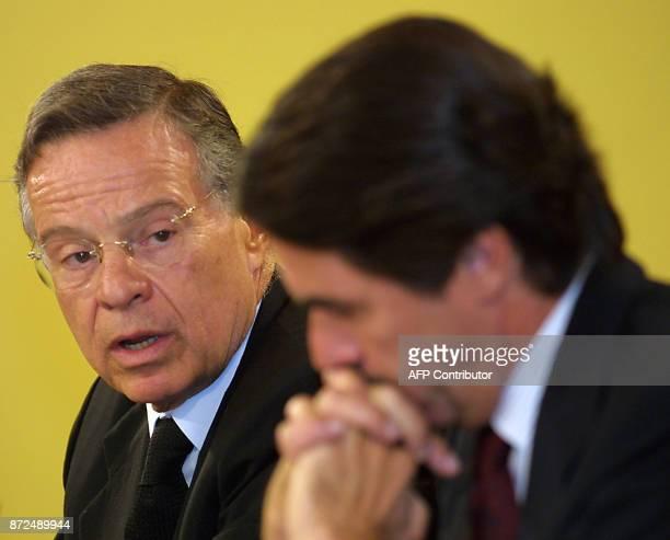 Le président du Costa Rica Miguel Angel Rodriguez Echeverria s'adresse le 17 juillet 2001 au chef du gouvernement espagnol José Maria Aznar au palais...