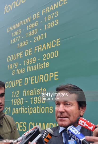 Le président du FC Nantes, Waldemar Kita, s'adresse aux journalistes lors d'une conférence de presse, le 30 septembre 2008 à la Chapelle-sur-Erdres....