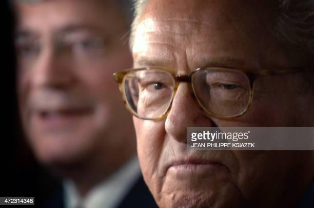 Le président du Front National JeanMarie Le Pen prononce un discours au côté du délégué général du FN Bruno Gollnisch le 21 avril 2006 à SaintLaurent...