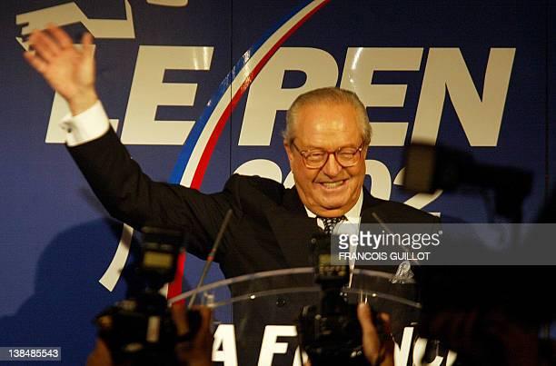 le président du Front national JeanMarie Le Pen salue ses militants le 05 mai 2002 dans sa résidence à SaintCloud où il doit s'est exprimé sur les...